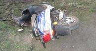 Под Омском дети попали в больницу, врезавшись на скутере в автомобиль