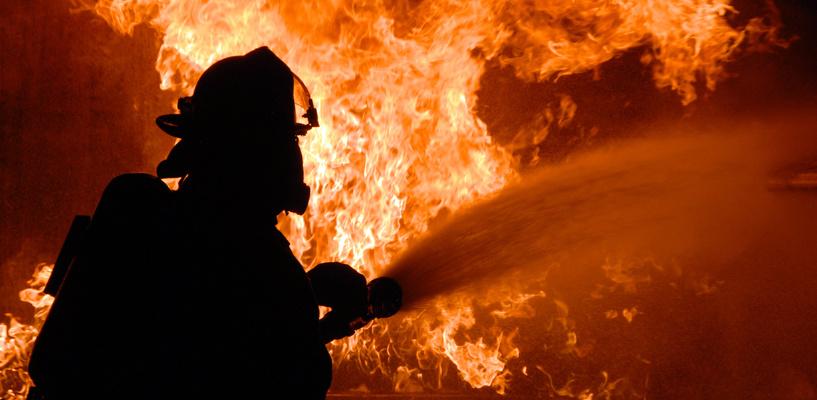 Ночью из горящей многоэтажки в Омске эвакуировали 17 человек