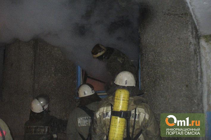 Из горящей квартиры в Омске пожарные спасли троих детей