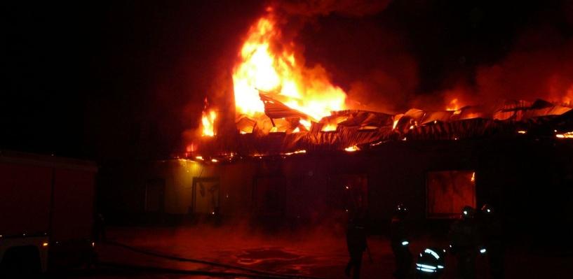 Пожар на складе в промзоне Омска: загорелись цистерны с мазутом