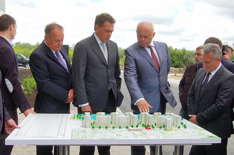 Губернатор Виктор Назаров посетил ЖК «Изумрудный берег»