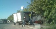 В Омске «ГАЗель» врезалась в остановку — водителю стало плохо