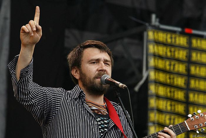 «Ты всё Россию прославляешь?» Сергей Шнуров снял видео о пропаганде в Сети