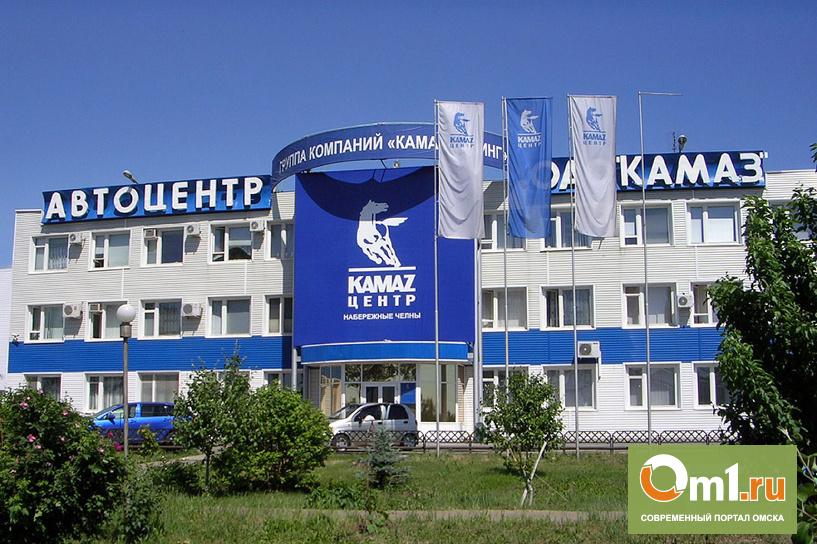 На открытии автоцентра «КамАЗа» в Омске Назарову подарили игрушечный грузовик