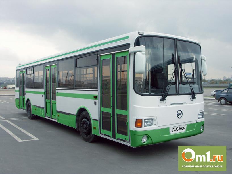 Омские депутаты предложили освободить автобусные окна от рекламы