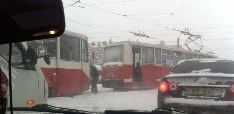 В Омске сошел с рельсов трамвай
