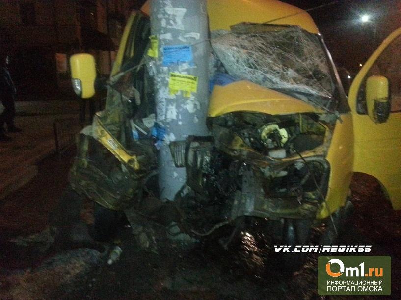 В Омске пьяный водитель «Газели» врезался в столб