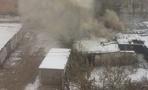 В Омске во дворе в Нефтяниках загорелись заброшенные сараи