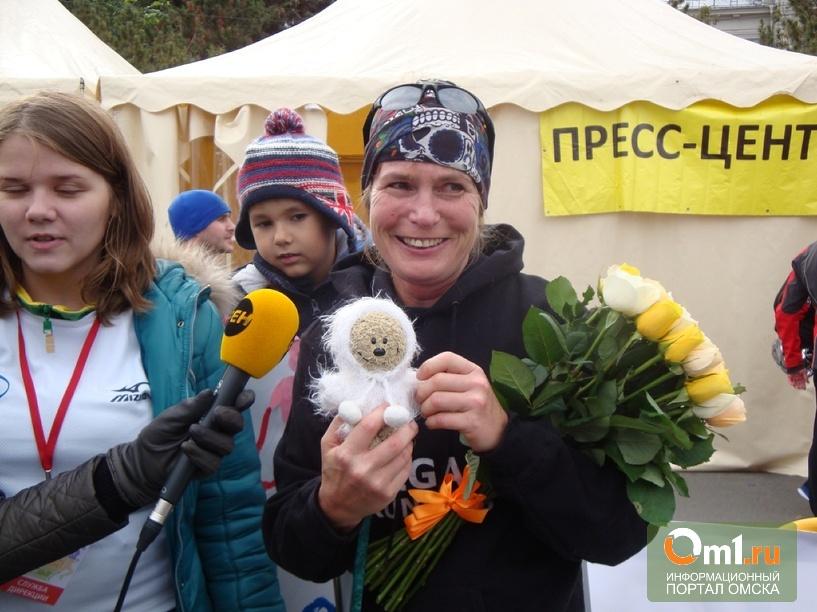 Англичанка Фиона Оукс приехала в Омск на SIM сразу с двумя талисманами