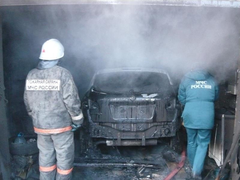 В Омске сгорел гараж с автомобилем полиции