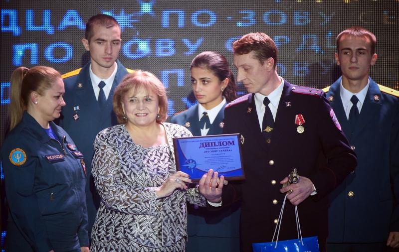 Омского пожарника, спасшего двух пенсионеров от огня, наградили за мужество
