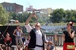 Быть «ВнеСтен»: глотание огня и танцы со шляпой на улицах Омска