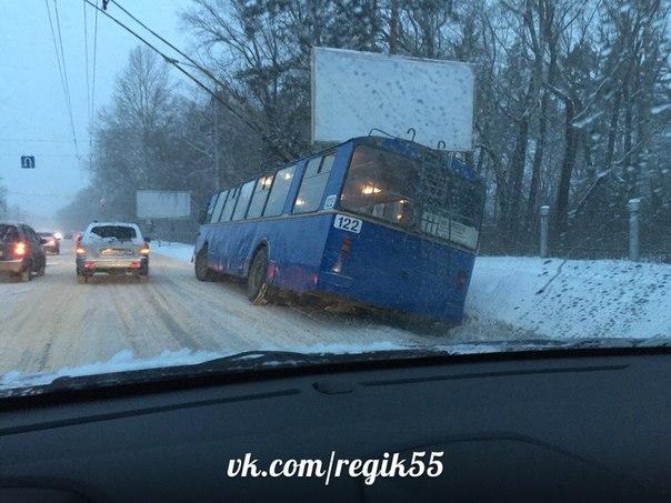 Из-за снегопада сразу два омских троллейбуса угодили в кювет