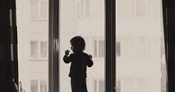СК наградил омича, который поймал выброшенного из окна ребенка
