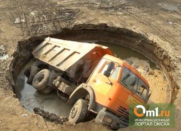 В Омском районе ГИБДД остановила КаМАЗ: водитель не смог объяснить, откуда у него в кузове земля