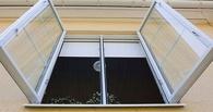 В Омске мужчина выпал из окна многоэтажки, но остался жив