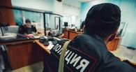 В Омске патрульные задержали мужчину, который нес в руках капот