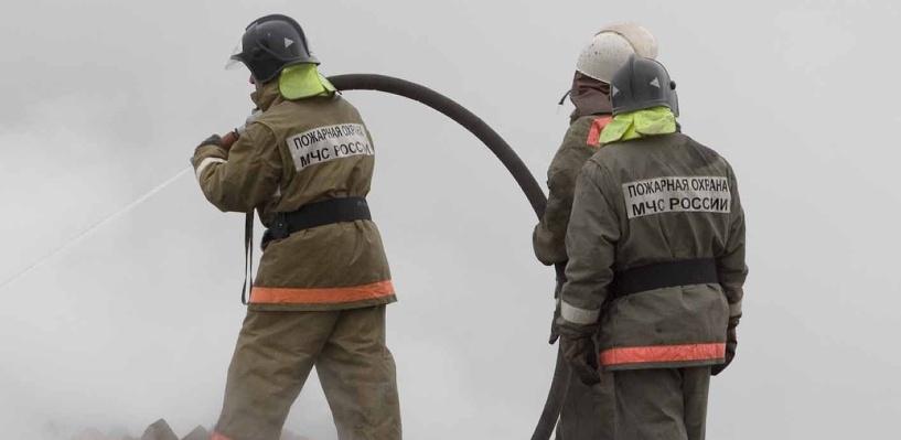 В Омске 37 пожарных несколько часов боролись с огнем в частном секторе