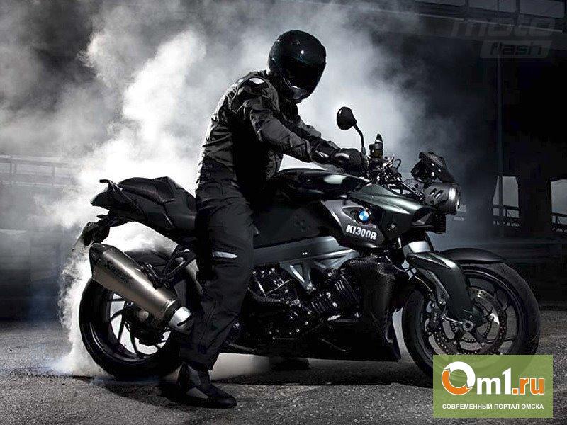 Мотоциклист в черном отобрал у омского бизнесмена портфель с деньгами