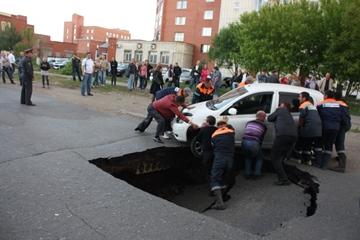 В Омске в Нефтяниках Toyota провалилась под землю