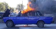 В центре Омска загорелся автомобиль с беременной женщиной внутри