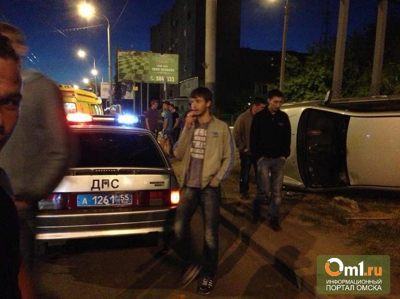 Молодые люди перевернулись на Toyota Runx в центре Омска