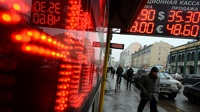 Рубль показал силу: евро потерял 75 копеек, доллар почти 50