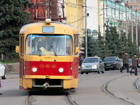 В Омске трамвай врезался в легковой автомобиль