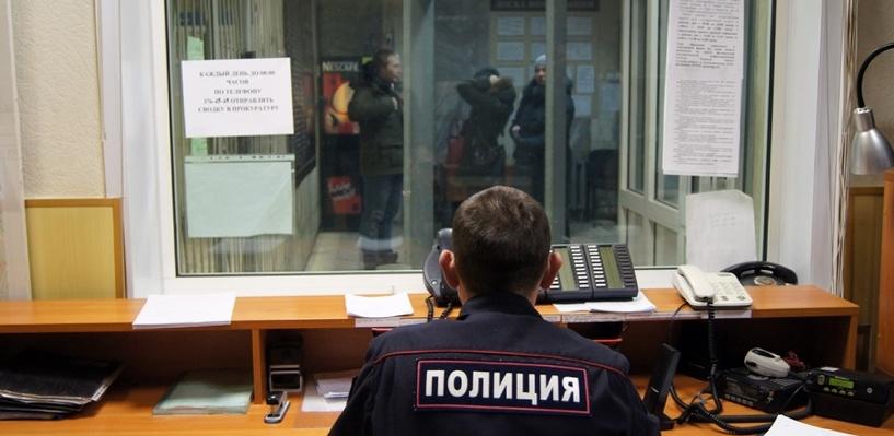 В Омске дежурный полицейский избил пьяного задержанного