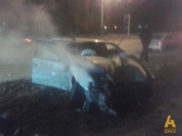 В Омске на Красном пути автомобиль на высокой скорости въехал в столб: два человека погибло