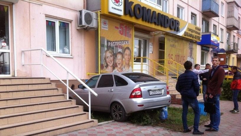 В Омске молодой водитель LADA Priora врезался в дом