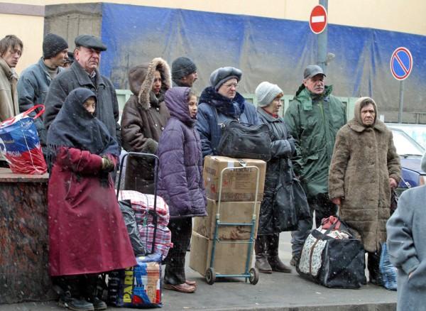 Омичи из аварийных домов начали перевозить вещи в «Рябиновку»