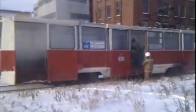 В Омске за заводом «Сатурн» горел трамвай №9