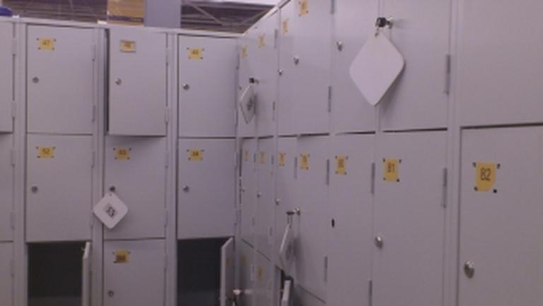 В Омске из камеры хранения женщина украла телефон и куртку
