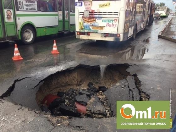 В Омске яму, в которую провалился автобус, засыпали щебнем