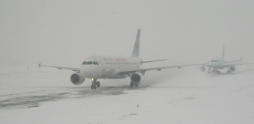 Из-за неблагоприятных погодных условий остановилась работа омского аэропорта