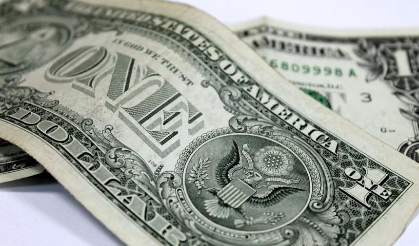 Несмотря на планомерное падение рубля, россияне не торопятся скупать валюту