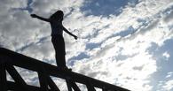 В Омске на глазах у прохожих с моста спрыгнула девушка