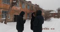 В Омске могут наконец признать аварийным дом, где прогнулись лестницы и сгнил фасад