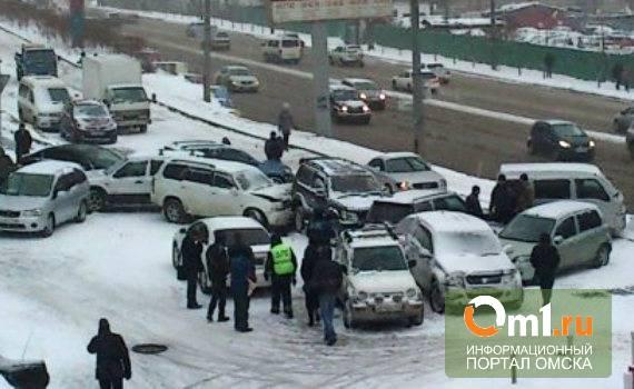В Омске на Иртышской набережной столкнулись три иномарки и маршрутка