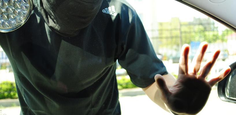 В Омске очевидцы закрыли автограбителя в салоне машины