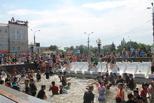 Жара в городе: омичи устроили «обливашки» на Театральной площади (фотоотчет)