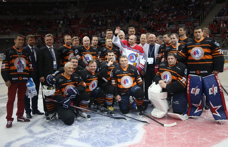 Владимир Путин и легенды хоккея вышли на лед в Сочи