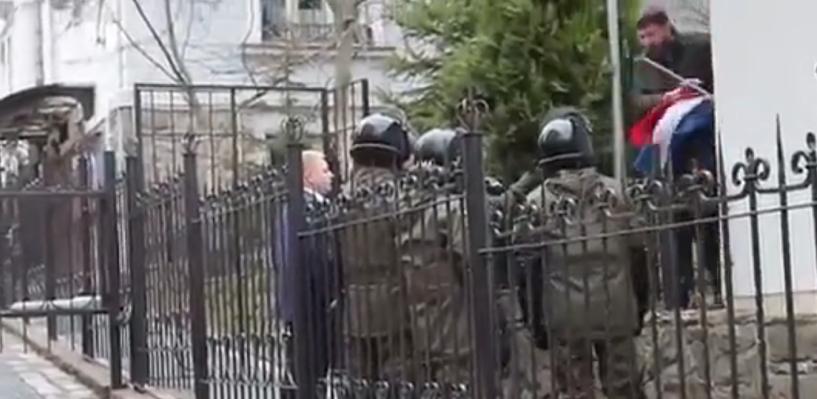 Во Львове у генконсульства РФ сожгли российский триколор, в Киеве и Одессе забросали здания дипмиссии яйцами и камнями