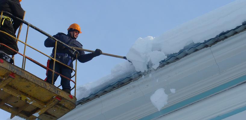 Ребенок в тяжелом состоянии: в Омске с крыши дома на 10-летнюю девочку упала глыба снега