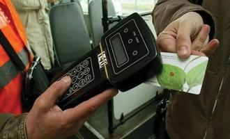 В Омске кондуктор выгнала из автобуса пенсионера, потому что ей не понравился его запах