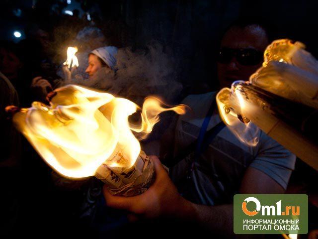 В Омск привезли благодатный огонь