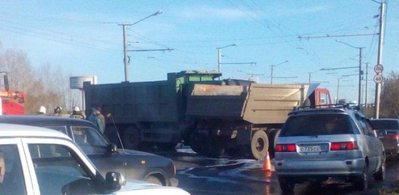 В Омске столкнулись два большегруза, создав пробку