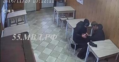 Омичка оставила пьяного друга в кафе без куртки, денег и телефона