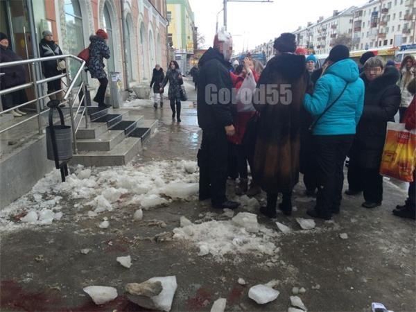 В Омске на проспекте Маркса на прохожих упал кусок льда